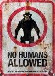 """Uno dei tanti cartelli di """"divieto di accesso agli alieni"""" che compaiono nel film"""