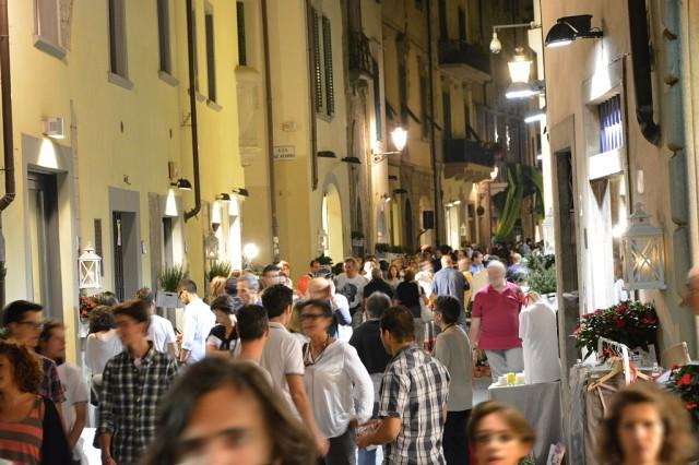 Via Pugliesi a Prato durante la serata del giovedì dedicata allo shopping - foto Stefano Saldarelli