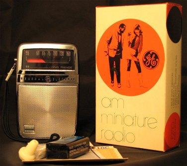 GE P-2710C Radio portatile a transistor (1960). Produzione GE (General Electric)