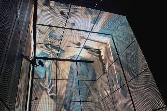 L'interno del cubo di LED utilizzato per girare alcune scene in Gravity