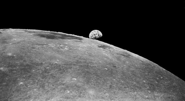 Foto scattata dalla sonda Zond 8 che volò oltre la Luna ad una distanza di 690 miglia