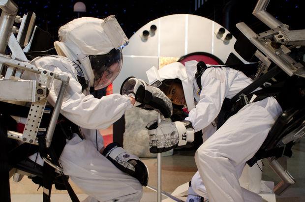 """Asa Butterfield e Khylin Rhambo durante le simulazioni spaziali allo Space Camp in preparazione per le riprese di """"Ender's Game"""""""