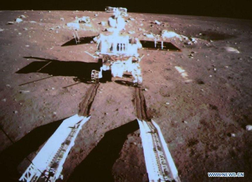 La discesa del rover lunare cinese dal modulo che lo ha ospitato nel viaggio dalla Terra alla Luna