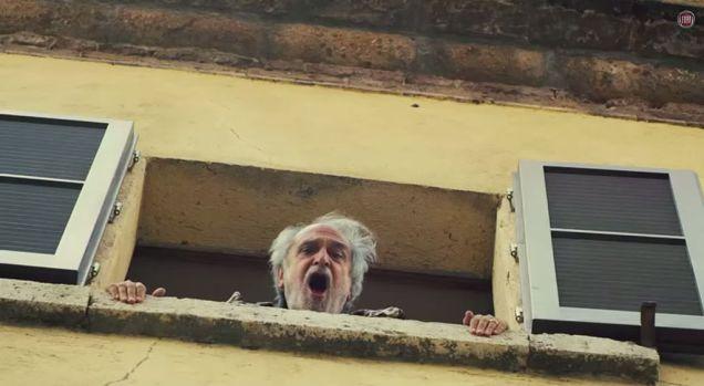 """Nini Salerno che interpreta l'amante deluso che ha perso la """"pillola blu"""""""