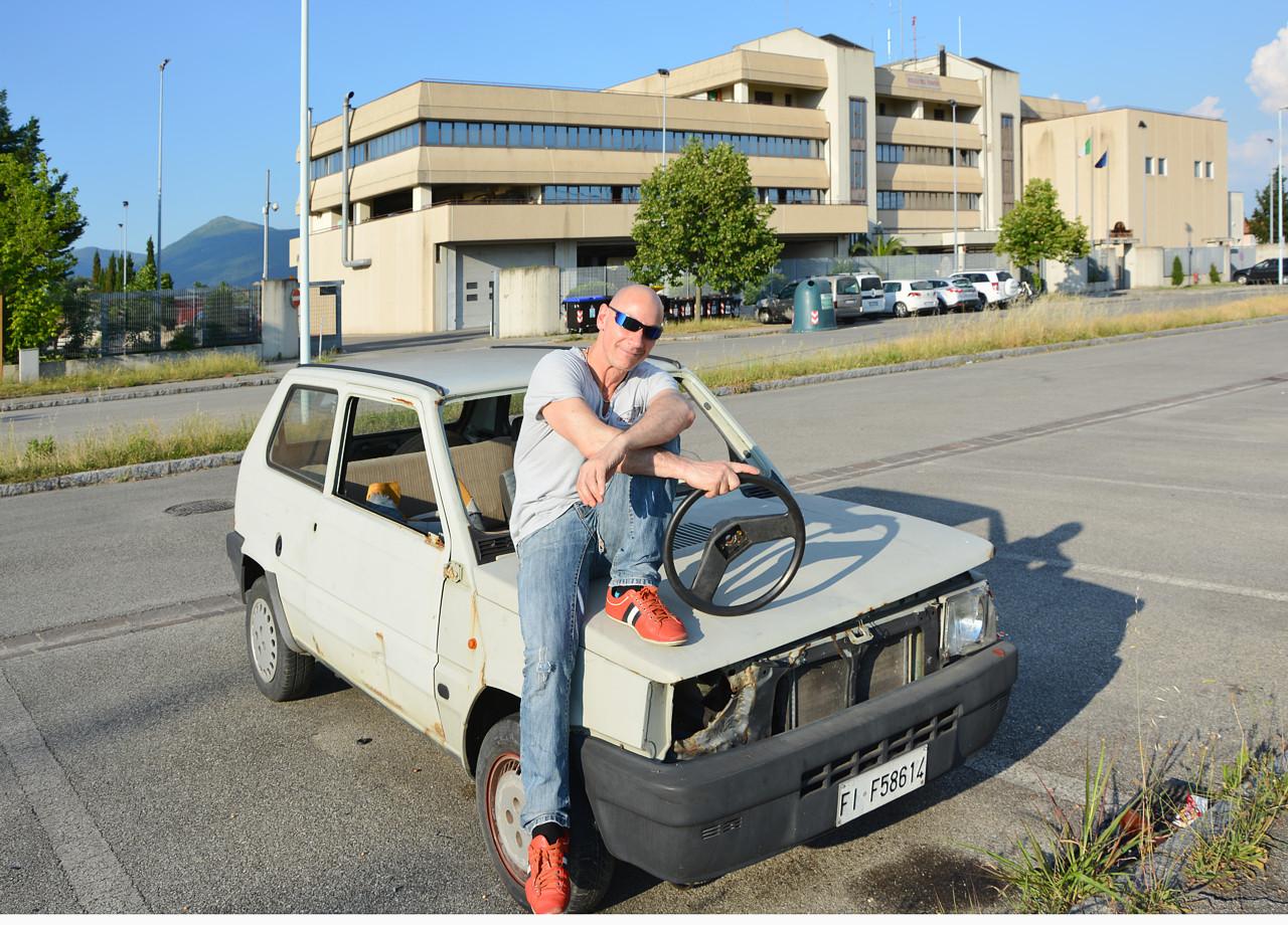 Il mio amico Francesco, durante una pausa mentre realizziamo le riprese di THE URBAN DEAD. L'auto è parcheggiata, abbandonata, davanti la caserma dei Vigili del Fuoco di Prato (sullo sfondo).